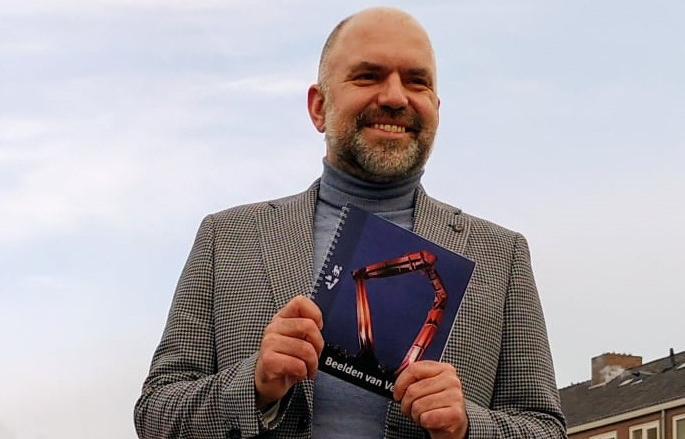 Presentatie boekje Beelden van Velsen door wethouder Verwoort